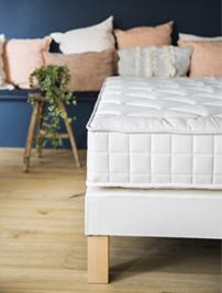 Matelas naturel Cosme, sans linge de lit, posé sur un sommier