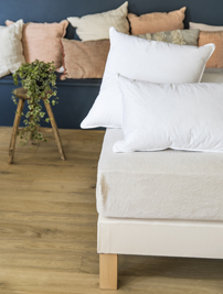 Deux oreillers Cosme sur un lit