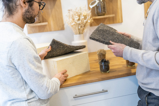 Expert Cosme faisant découvrir les matières naturelles à un client en les touchant