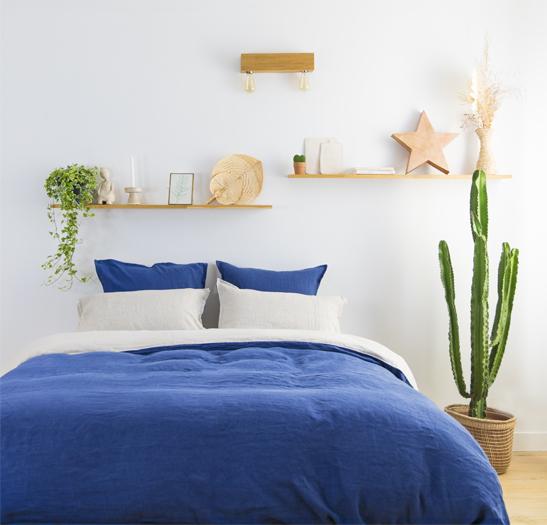 Matelas adulte Cosme avec oreillers, couette et linge de lit dans une chambre