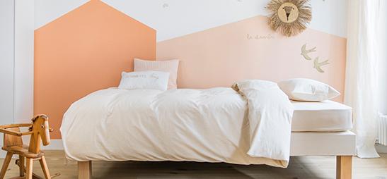 Matelas enfant Le Petit Cosme avec oreiller, couette et linge de lit dans une chambre d'enfant